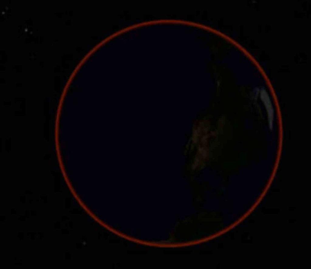 Slik ser jorden ut fra månen under formørkelsen. Atmosfæren skinner såvidt i rødt. Det er dette røde lyset som treffer månen og farger den rød. Illustrasjon: UiO