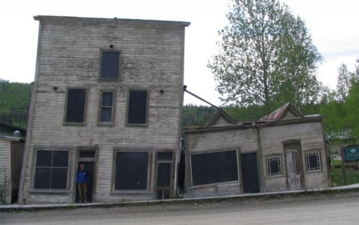 Et hus med setningsskader sett i Dawson, Yukon, vestligste delen av Canada mot grensen til Alaska. Bygninger er blant infrastruktur som påvirkes av tinende permafrost. Foto: Bernd Etzelmüller/UiO